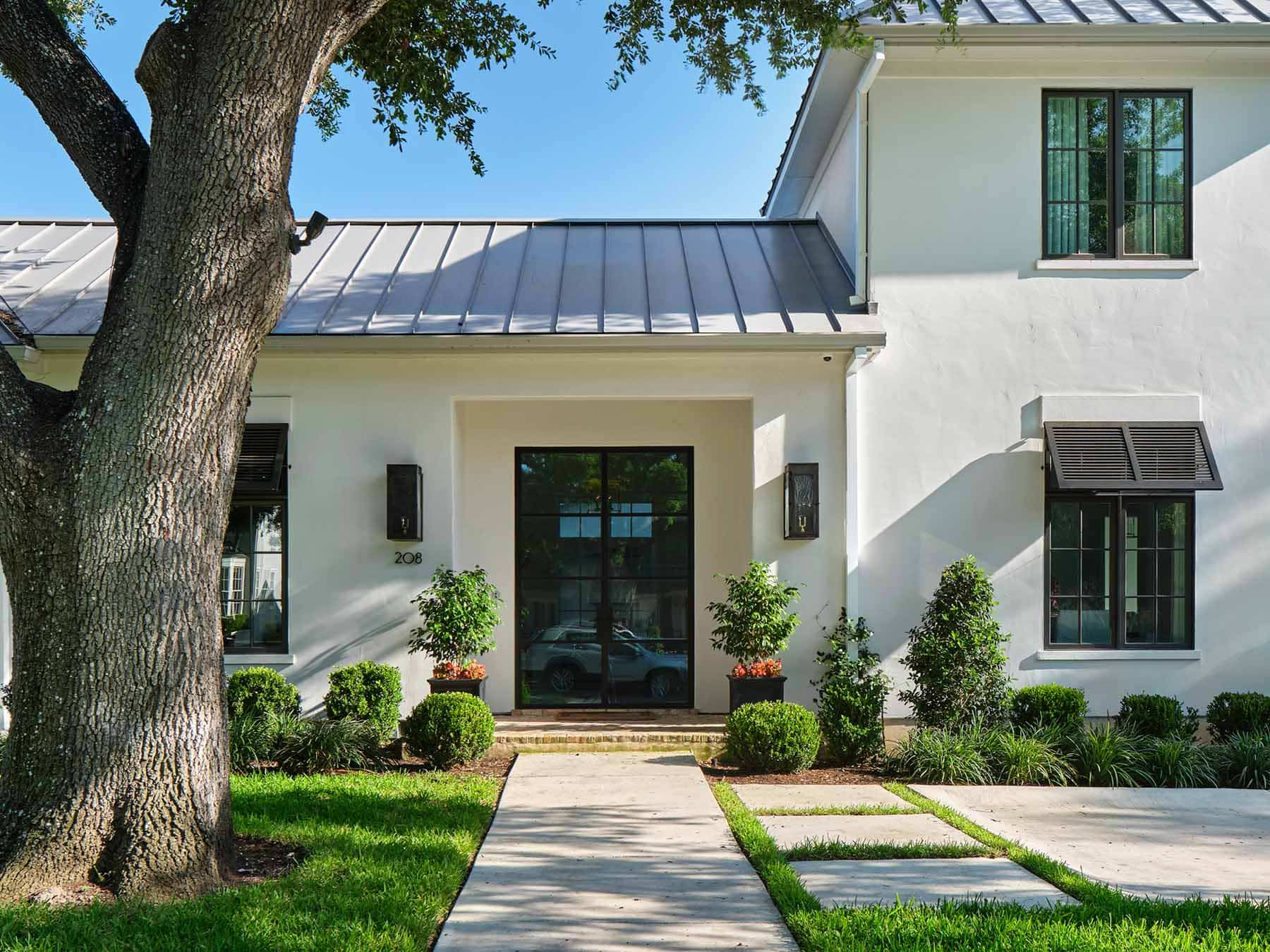 Alamo Heights TX home exterior in Sherwin Williams 7014 Eider White by Paper Moon Painting, house painter